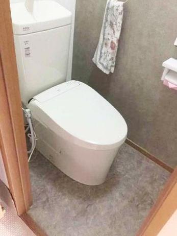 トイレの床がベコベコしている。。。